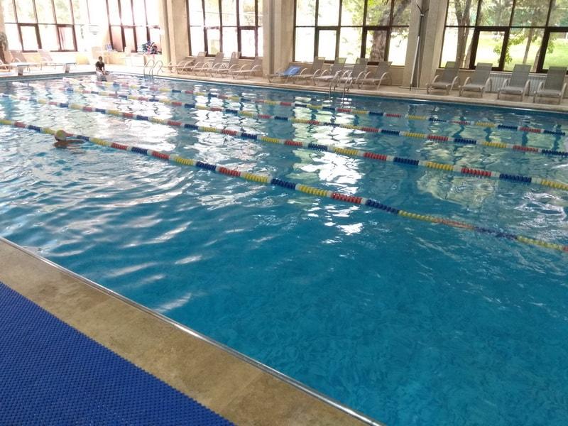 закрытый басейн Almaty resort